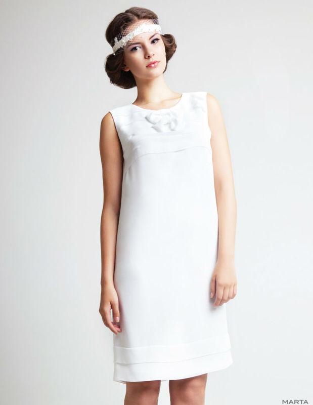 Beispiel: Kurzes Brautkleid, Foto: AMV Braut- und Abendmode.
