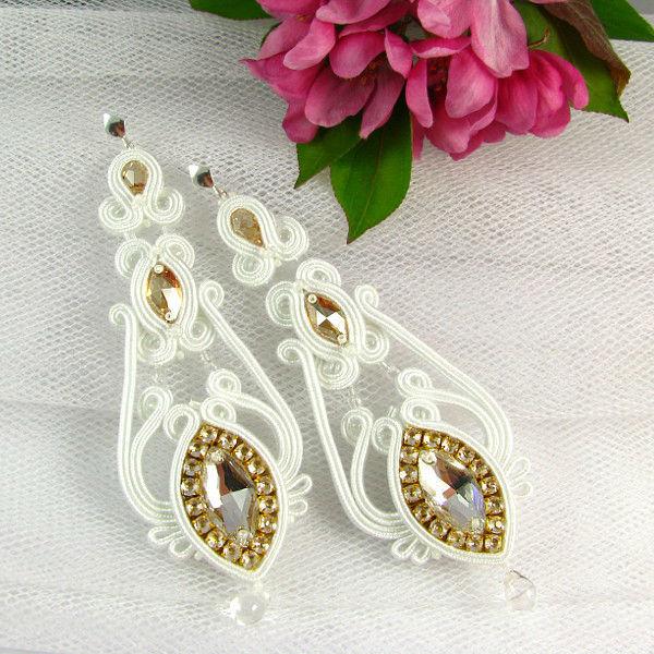 Małgorzata Sowa - PiLLow Design, Biżuteria ślubna sutasz. Śnieżnobiałe, kandelabrowe kolczyki z kryształami Swarovski, ze złotymi akcentami.