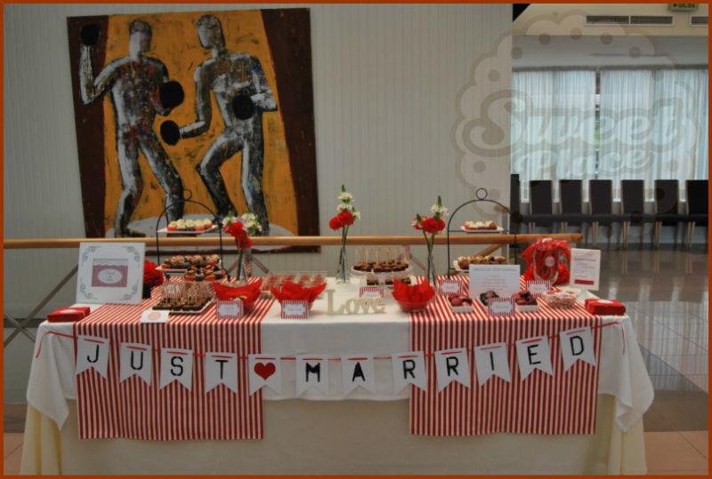 Mesa de dulces con cupcakes, cookies, brownies, vasitos de tarta, chuches... instalada en el Playa Club, A Coruña. Sweet Place