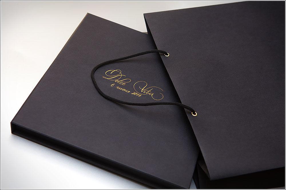 каллиграфия золотом на коробочках и пакетах