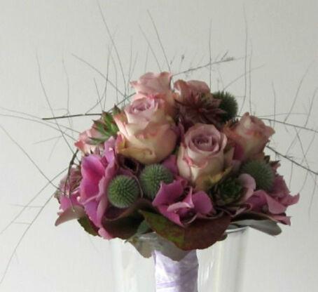 Beispiel: Brautstrauß in Altrosa, Foto: Blumen Wunder.