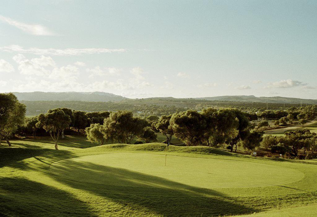 Nos rodea un precioso campo de golf, muy natural con impresionantes vistas
