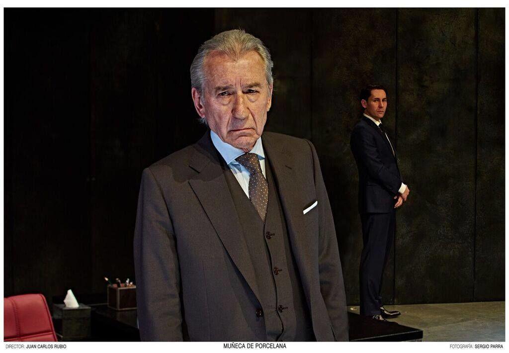 vistiendo para su función al actor José Sacristán