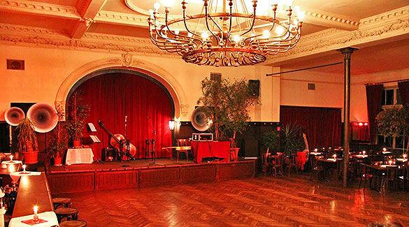 Beispiel: Ballsaal mit Bühne, Foto: Gare de la lune.