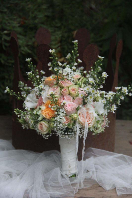 Wunschblume der Braut: Septemberkraut als Rosenbegleiter für ihre Gartenhochzeit im September.