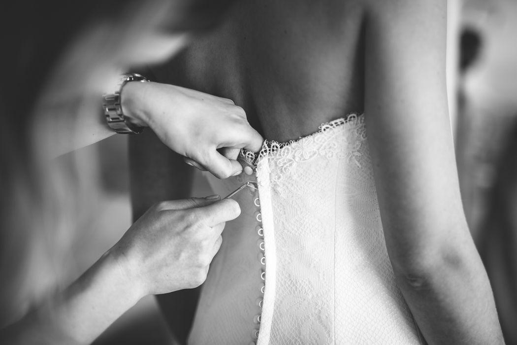 das Brautkleid wird geschlossen