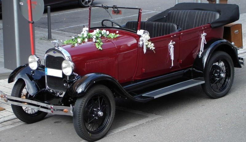 Beispiel: Geschmücktes Hochzeitsauto, Foto: Blumen Eppinger.