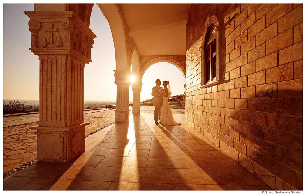 Пример одного из разворотов свадебной фотокниги. Художник, рисующий светом сказку, для двух любящих сердец.