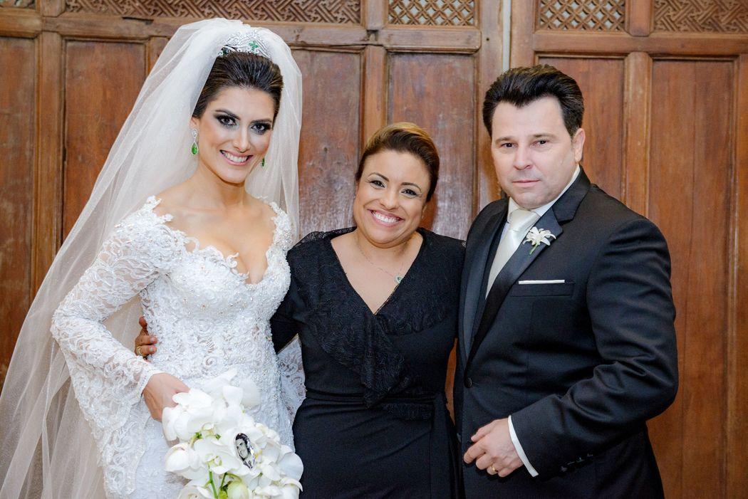 Mayerling Diretora da May Eventos com noivos Cassia e Levimar.