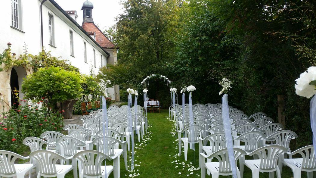 Trauung im schönen Schlossgarten mit Blick auf die Kapelle