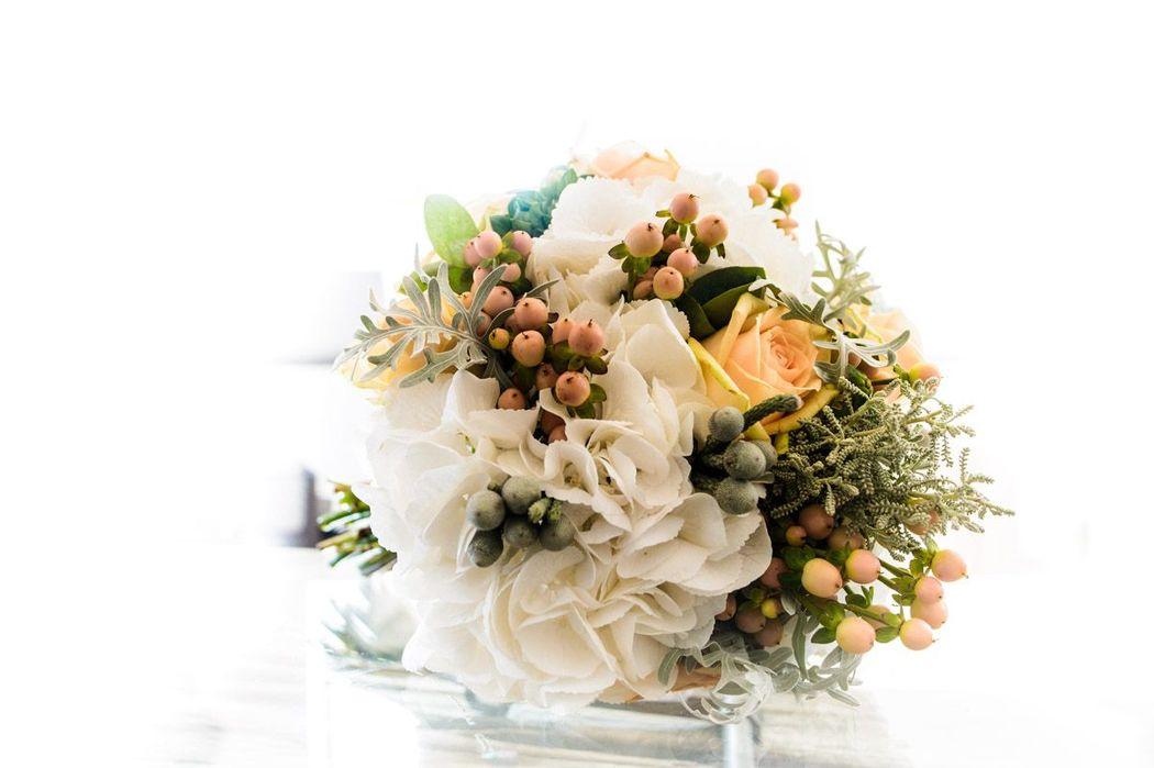Ramo de novia en tonos blanco y melocotón. romantico y en tono suaves pero con la diferencia de este tono cálido , para una boda eco friendly.  http://lafloreria.net