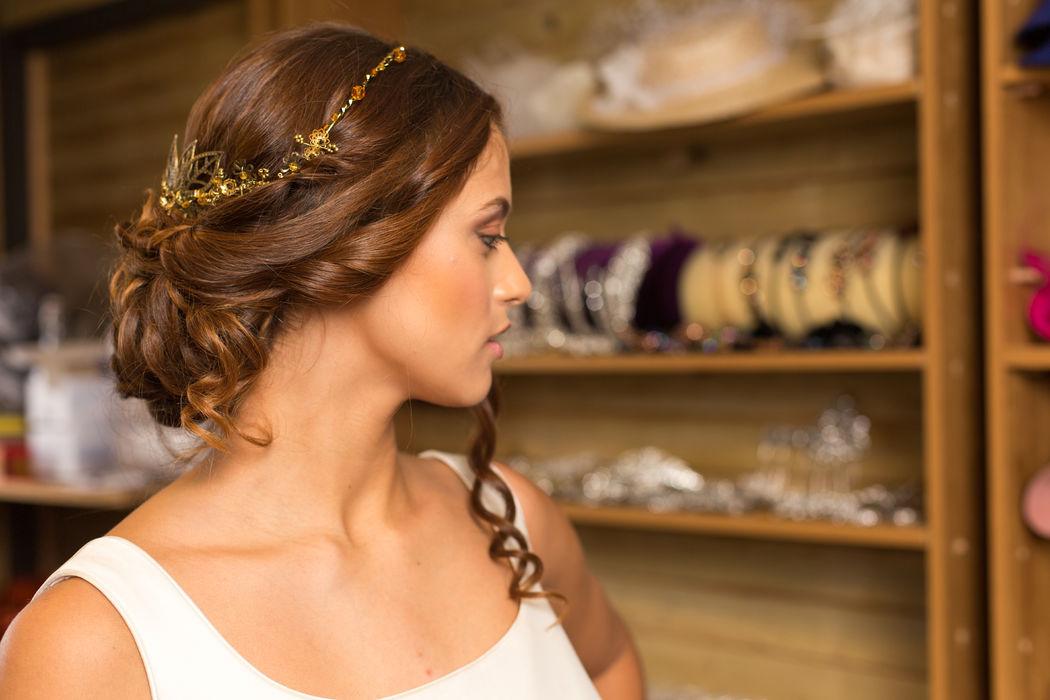 Tocado joya realizado con perlas, hojas de latón en dorado viejo, swarosvki, ideal para una novia de estilo romantico, boho chic, vintage.