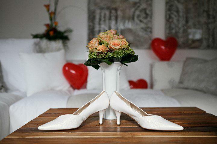 Beispiel: Aprikot farbener Brautstrauß mit Brautschuhen, Foto: Blumentruhe.