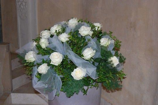 Composizione sferica rose bianche