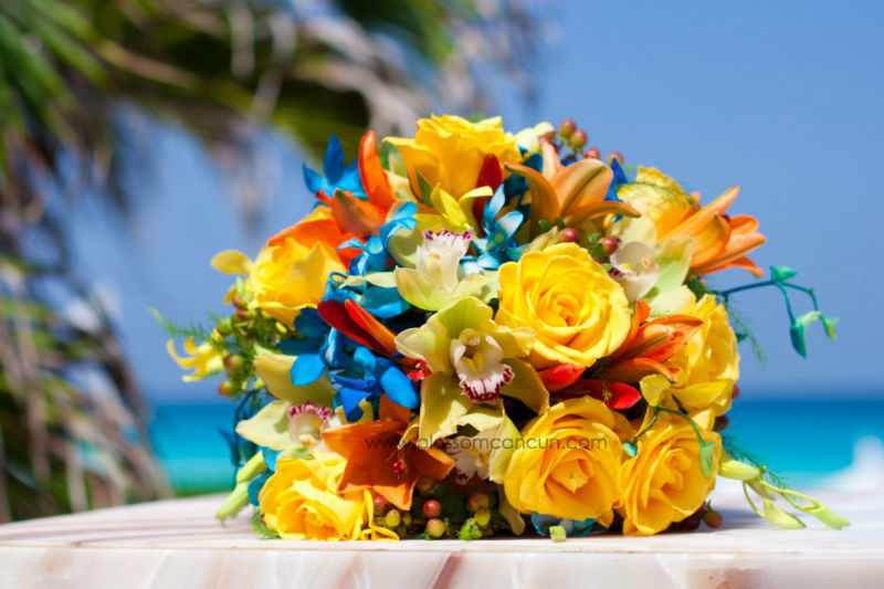 Ramo de novia hecho con rosas y orquídeas. Super tropical para la playa by Blossom Cancun