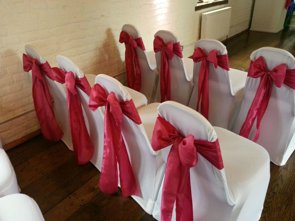 Hibiscus Events Mise en place housse de chaises et noeuds pour cérémonie laique