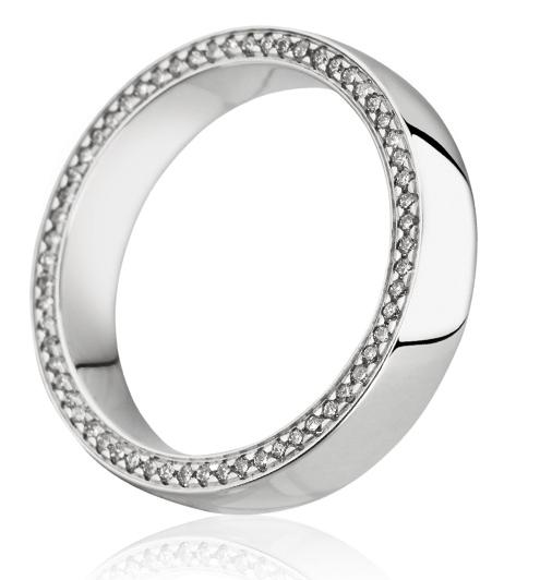 Cette somptueuse alliance de mariage en or blanc 18 carats est sertie d'un rang de diamants en tour complet  pour un total de 0.28 carat. Les diamants sont tous disposés sur un des profils.