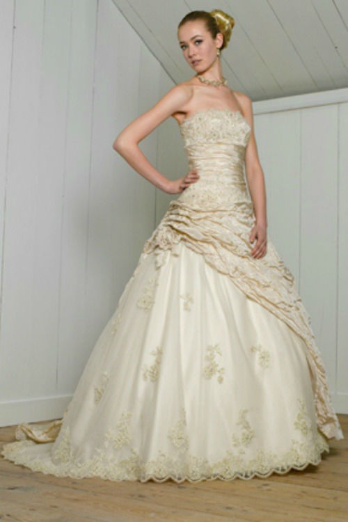 Beispiel: Brautkleid, Foto: Daniela´s Weddingfashion.