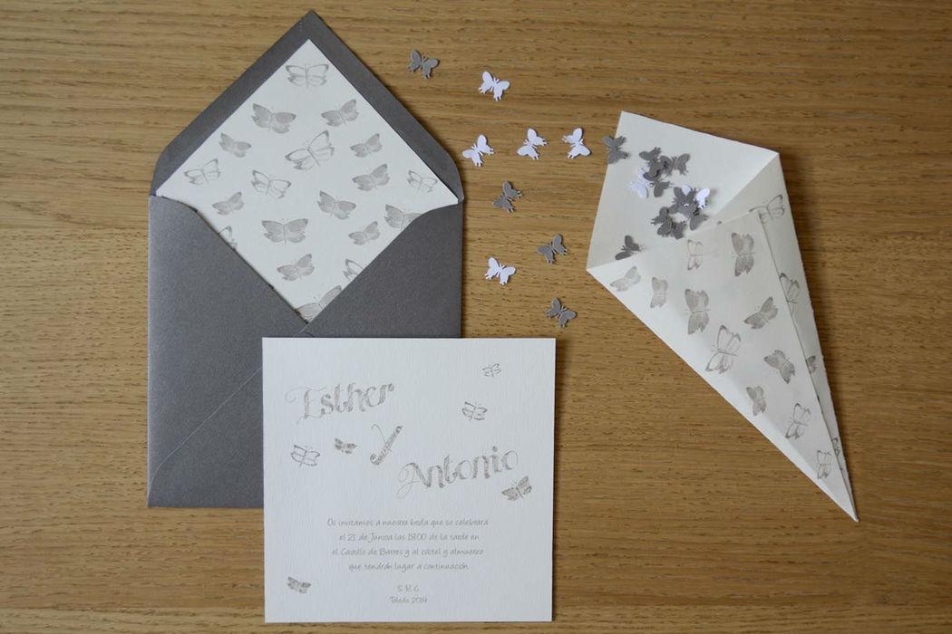 Conjunto de invitación con cucuruchos para el confetti a juego. Modelo mariposas gris.