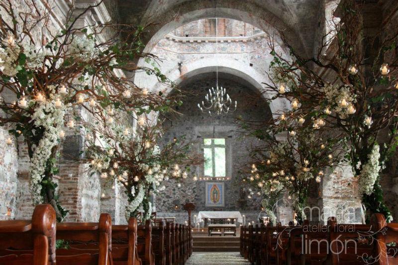 Ceremonia Religiosa con flor en color blanco con árboles.