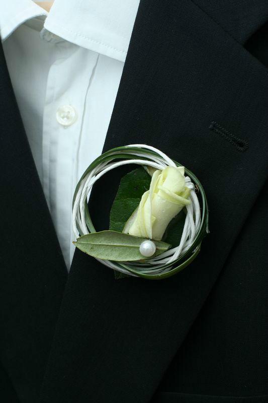 Beispiel: Anstecker für den Bräutigam, Foto: Wilheine Blumenbindekunst.