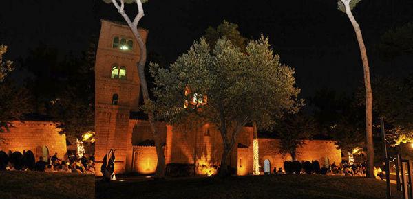 Ambientación de todo un espacio, marcando arboles con lucecitas y lum indirecta en el edificio.  http://lafloreria.net