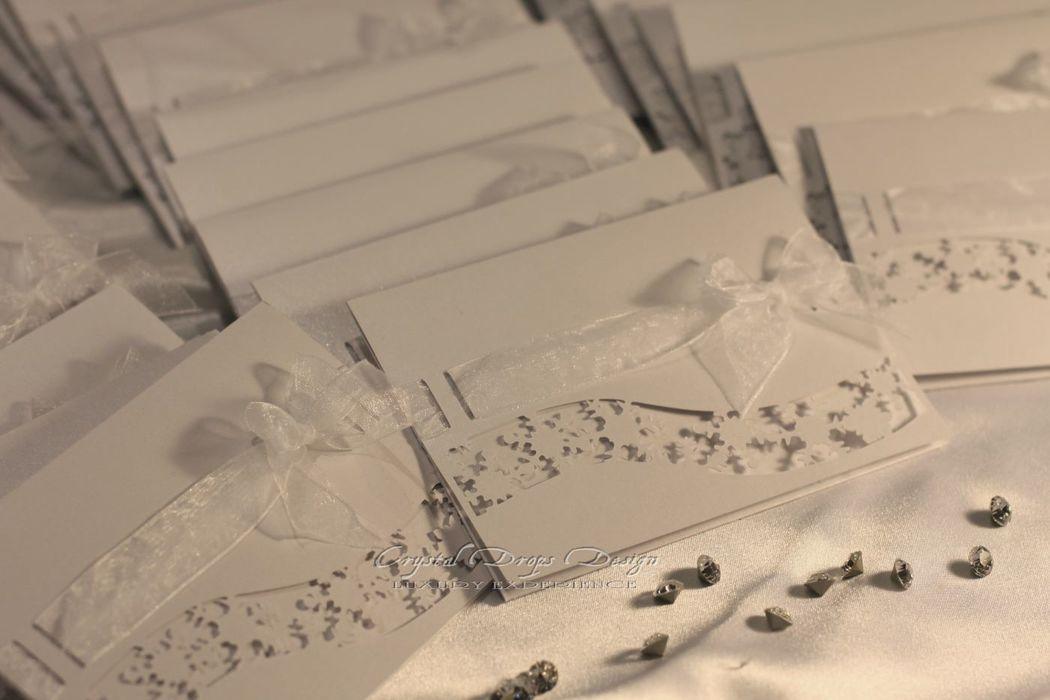 Partecipazione modello pochette piatta con intagli tema neve.