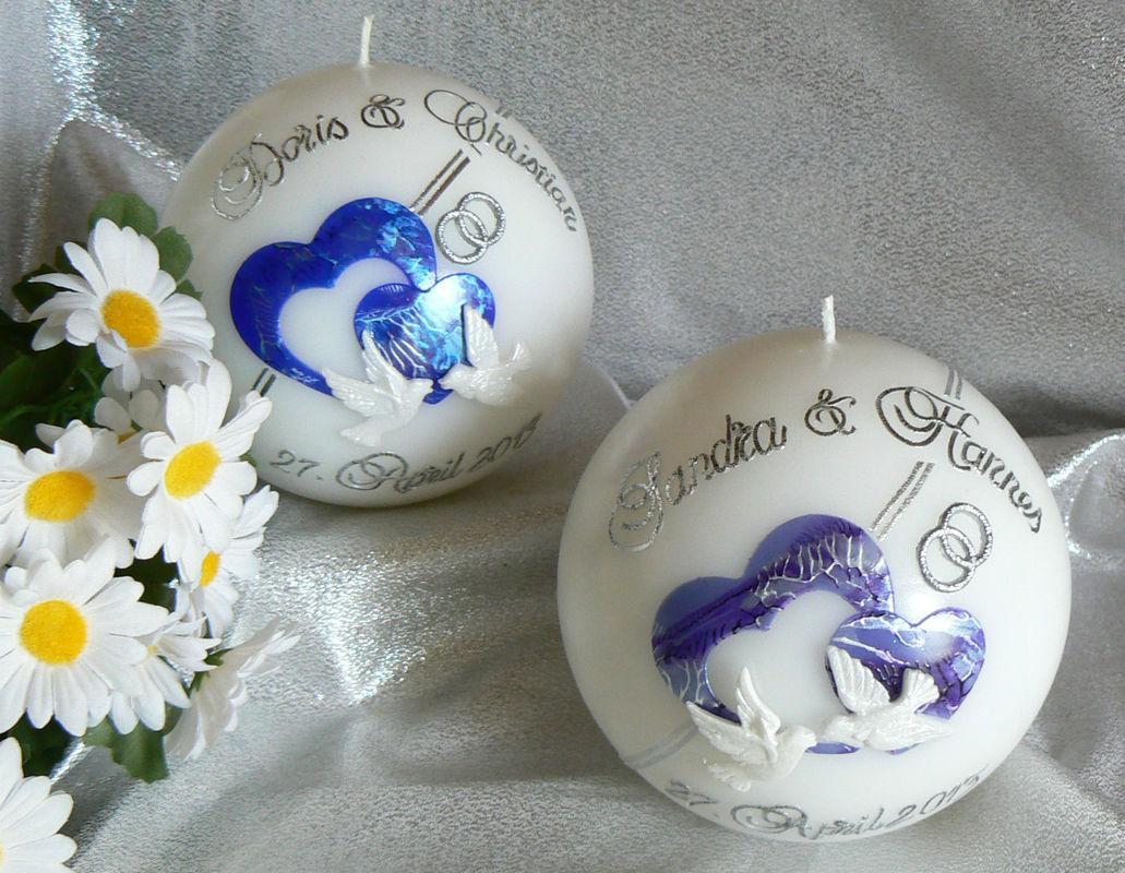 Hochzeitskerze die beliebteste vom Sujet her. Kann auch auf andere Kerzen aufgezogen werden Handgearbeitete Hochzeitskerzen, in vielen verschiedenen Variationen. Auf Sie als Brautpaar zugeschnitten. Ich berate Sie gerne. Mehr dazu unter www.kerzenatelier.ch