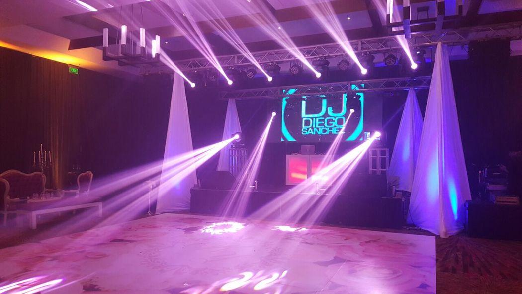 Montaje con doble estructura para colgar luces, equipos para Dj y artista Urbano internacional en la misma tarima, al fondo pantalla LED de 3 x 2 Mts