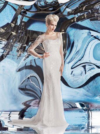 Необыкновенное свадбеное платье прямого силуэта с длинными рукавами и россыпью страз и бисера по всему платью от Helen Miller
