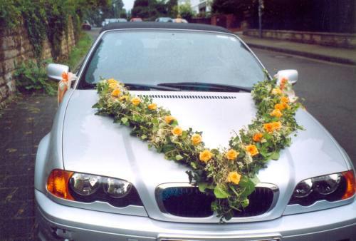 Beispiel: Autogirlande, Foto: Blumen Reinhard.