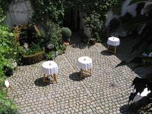 Beispiel: Stehtische im Innenhof, Foto: Schloss Ratzenhofen.