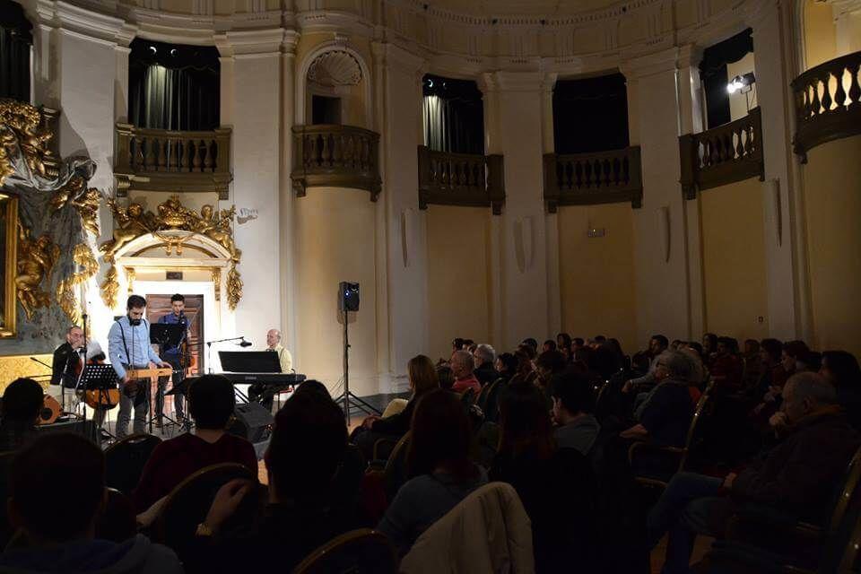 La tipologia di musica proposta dai Decostruttori Postmodernisti può ben adattarsi anche a location particolari come le chiese