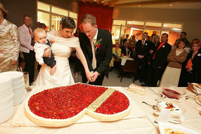 Beispiel: Anschneiden der Hochzeitstorte, Foto: Dämeritz Seehotel.