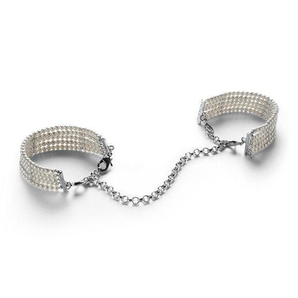 Les menottes nacrées blanches sont composées de beaux bracelets a porter en toute discrétion en soirée, qui se relient ensuite avec une petite chaîne dans l'intimité...