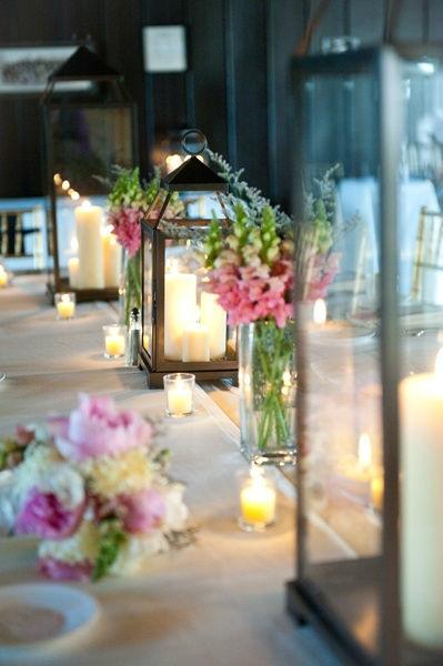detalhe iluminárias com velas e flores