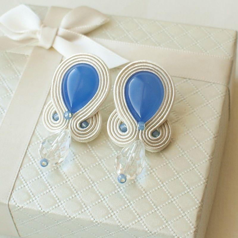 Kolczyki wykonane z niebieskiego agatu, kryształu górskiego oraz drobnych koralików.