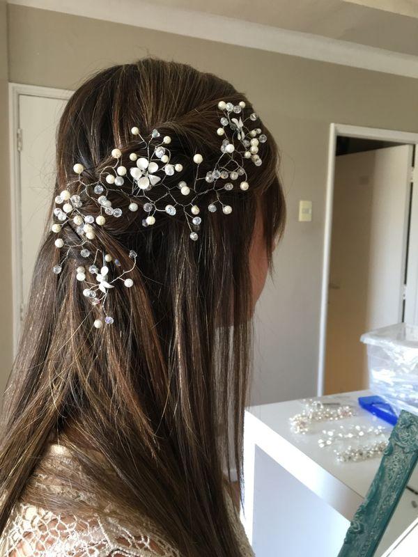 Cadena de ramas  tejida en metal plateado y decorado con pedrería cristal, perlas y flores esmaltadas