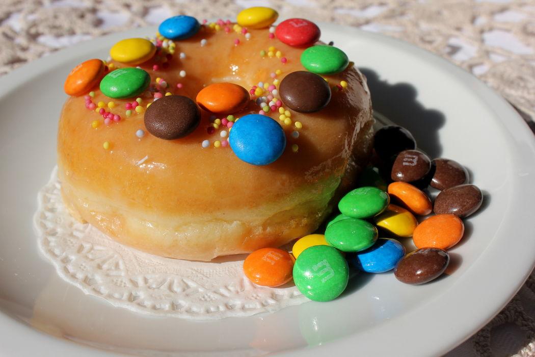 Donut com cobertura de m&m's