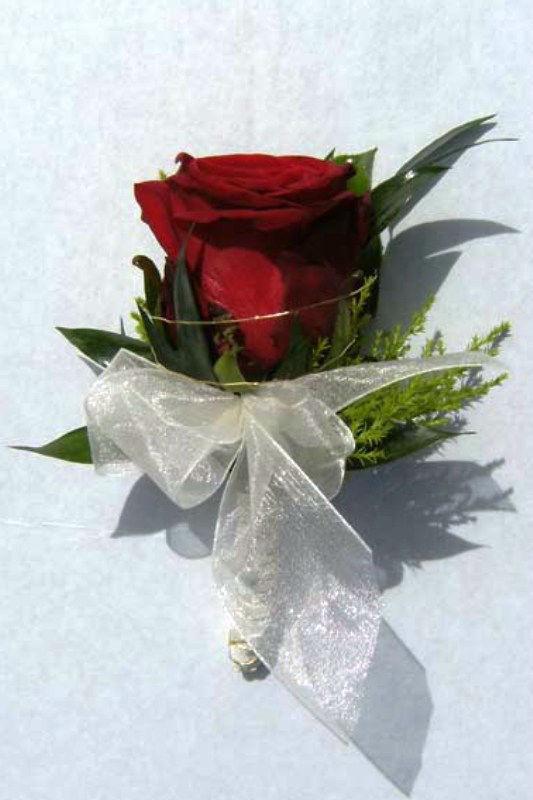 Beispiel: Anstecker für den Bräutigam, Foto: Blumen- und Gartenbau Schulz.