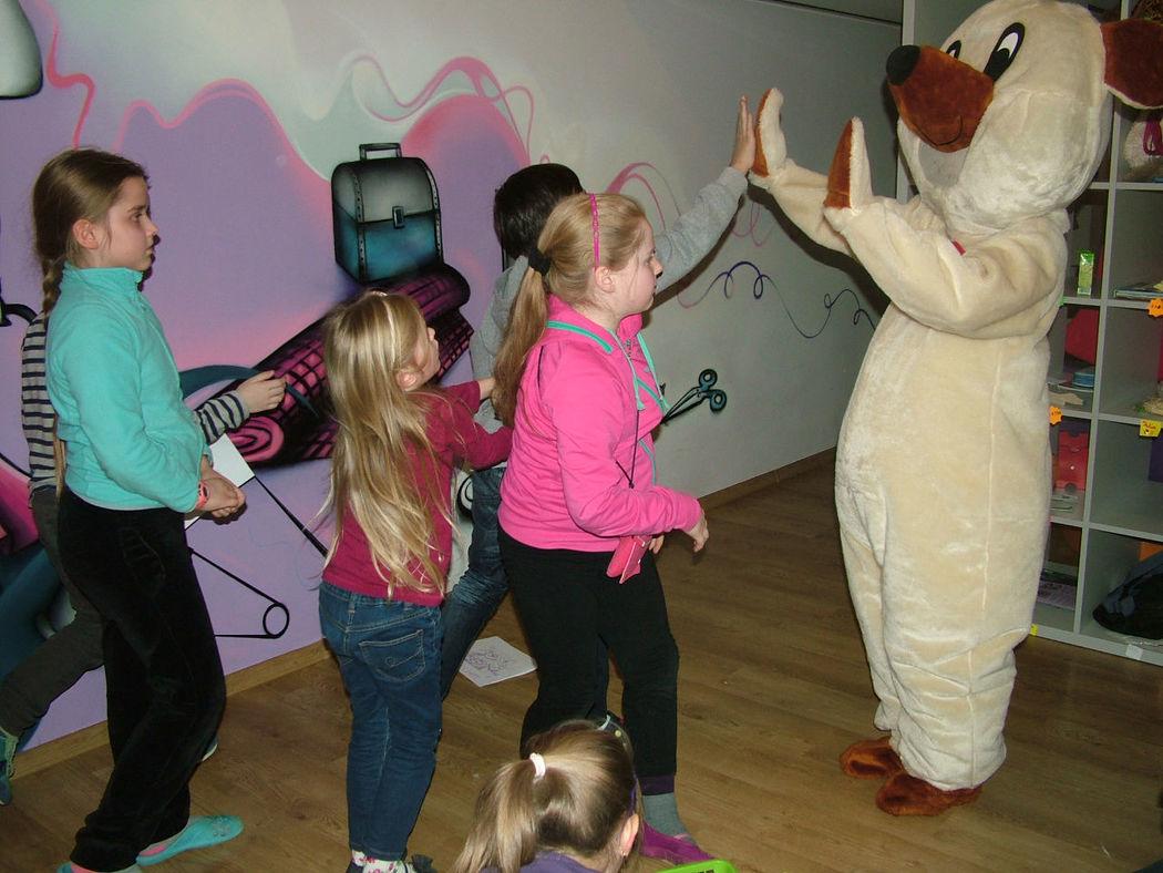 Dzieci bawią się z misiem