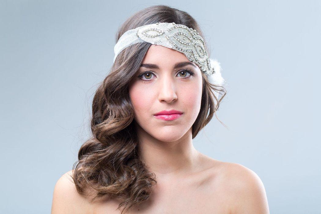 Tocado de novia, bordado a mano en pedrería y plumas de oca.