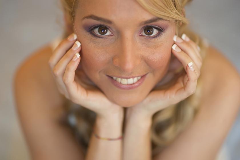 Un maquillaje en tonos malva, y una sonrisa encantadora, que más se puede pedir :)