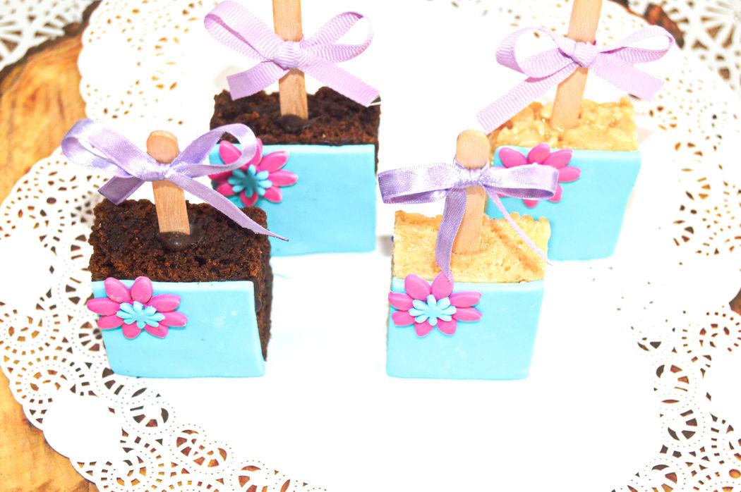 Mini paletas de rice crispy y milo brownie decoradas con pastillaje