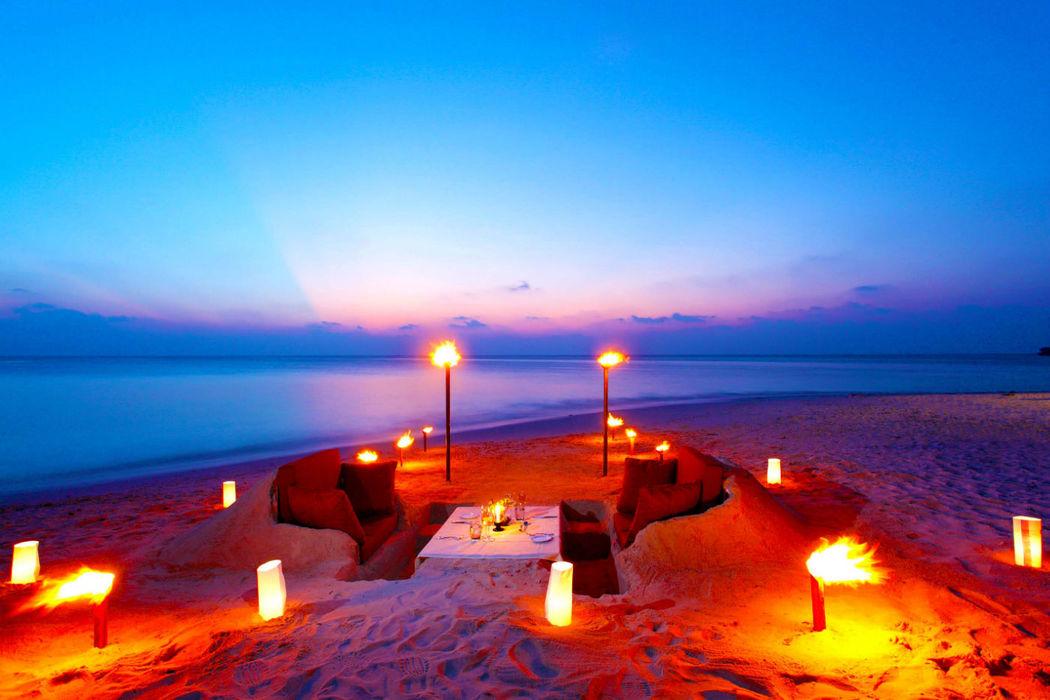Romantisches Dinner am Strand im neuen Centara Ras Fushi Resort & Spa Maldives, Foto: Centara Hotels and Resorts.