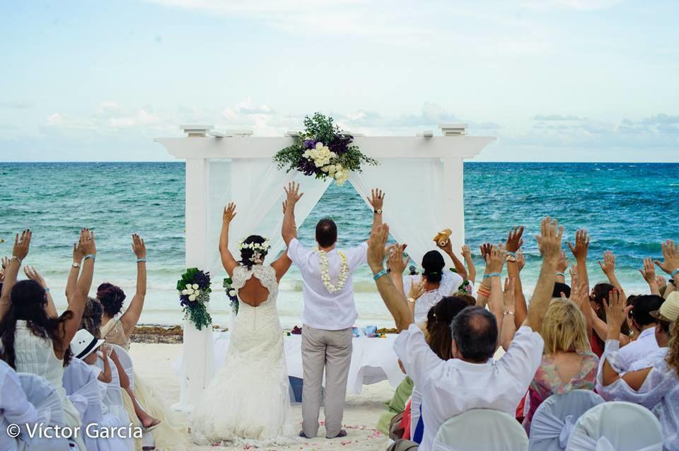 Ceremonias simbólicas #mobiliarioparaeventos, #bodasenlaplaya #beachweddings #centrosdemesa #centerpieces #bodasencancun #partyboutiquecancun #udwfinefurniturerental #prettyflowerscancun