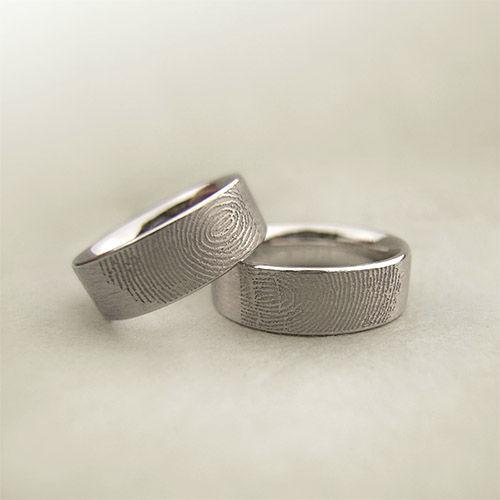 Beispiel: Trauringe mit Fingerabdruck, Foto: Goldwürfel.
