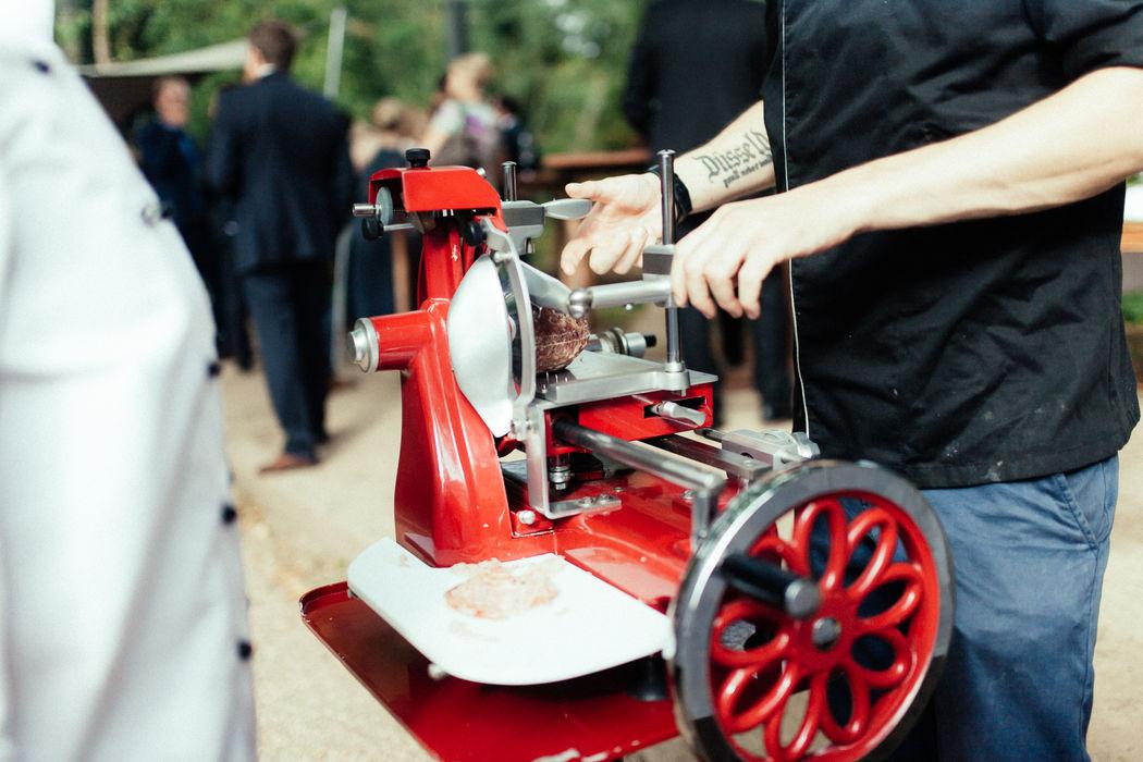 Beispiel rote Aufschnittmaschine zum Kressebuffet