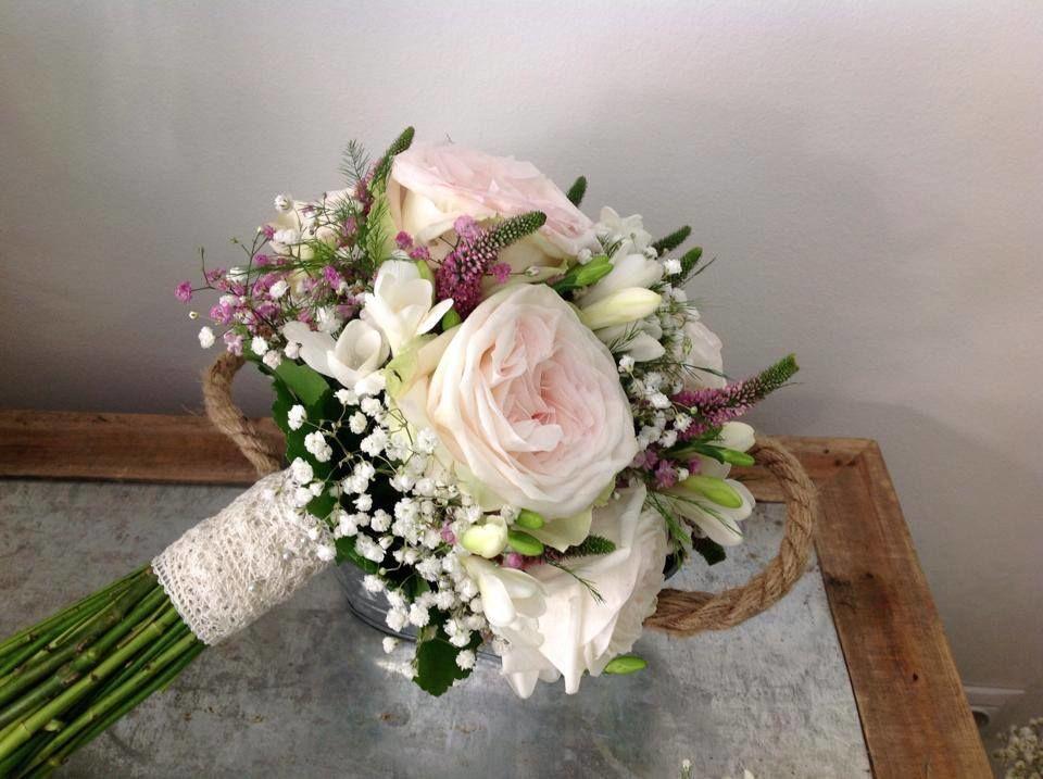 Ram de núvia. Delicat i suau.  Roses white o'hara molt oloroses i boniques.