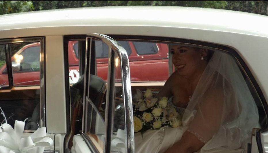 Transportando a la bellisima novia a la iglesia